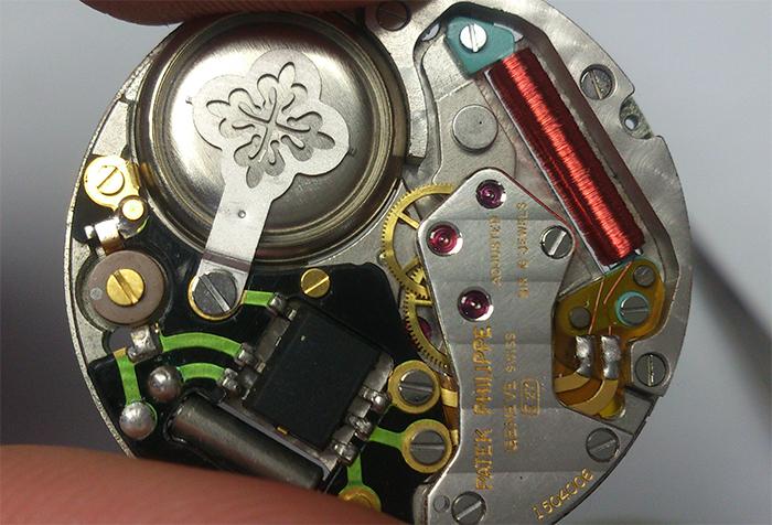亨利·慕时  石英表的工作原理简单的说就是通过电池,把集成电路脉冲