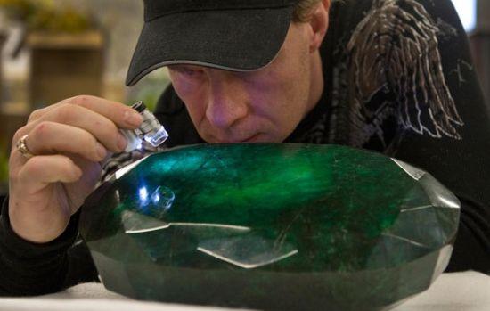 """号称全球最大的祖母绿宝石""""迪奥多拉""""曾被染色"""