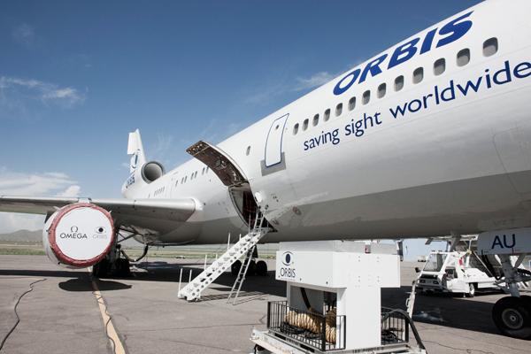 奥比斯眼科飞行医院停驻在蒙古国首都乌兰巴托机场的跑道上