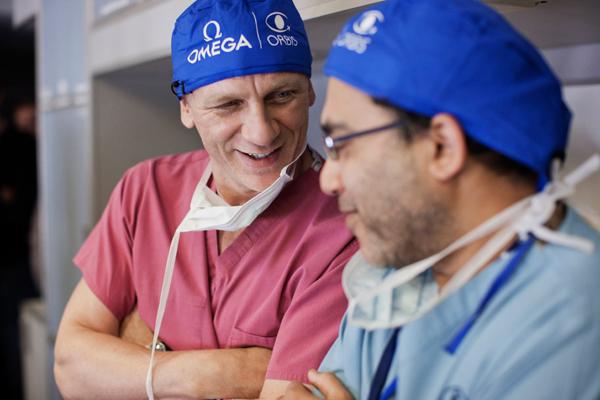 国际著名影星、欧米茄名人大使丹尼尔·克雷格与奥比斯组织医疗人员交流