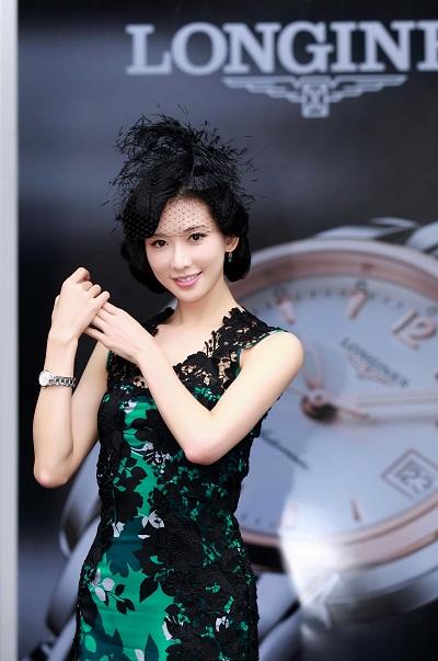 浪琴表全球优雅大使林志玲小姐佩戴全新索伊米亚系列腕表走秀,优雅至极