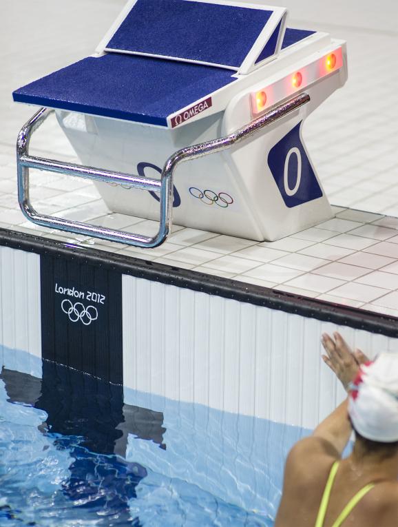 """装置有""""游泳排名指示灯""""的起跳台"""