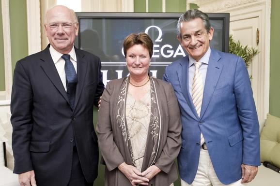 国际奥比斯组织主席罗伯特·沃尔特斯博士(左)、欧米茄全球总裁欧科华(右)先生、残奥会巨星、大英帝国员佐勋章获得者珍妮丝·伯顿女士(中)