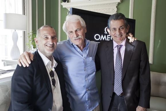 (左起)《海洋宇宙》配乐作曲家阿曼德·阿莫、导演雅安·阿瑟斯-伯特兰与欧米茄全球总裁欧科华