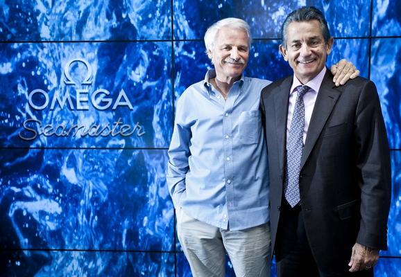 雅安·阿瑟斯-伯特兰(左)与欧米茄全球总裁欧科华(右)