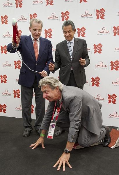 国际奥委会主席雅克•罗格、斯沃琪集团首席执行官尼克•海耶克与欧米茄全球总裁欧科华现场体验将用于伦敦奥运会的全新起跑器
