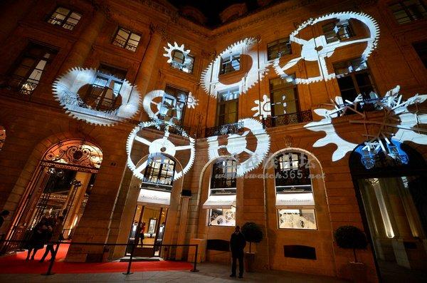 独具创意的齿轮形投影将积家巴黎旺多姆广场旗舰店装扮得美轮美奂.jpg
