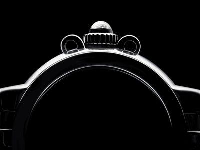 怀表盛行的年代,表冠,这一最初作为上弦用途的装置,被珍视地安置在了表壳最顶端的12点位,如同为一只表加冕,因此而得名Crown(皇冠)。