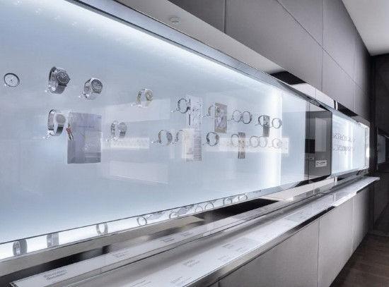 展柜的设计也突出了各种手表的存在感,展柜里有大量空间。