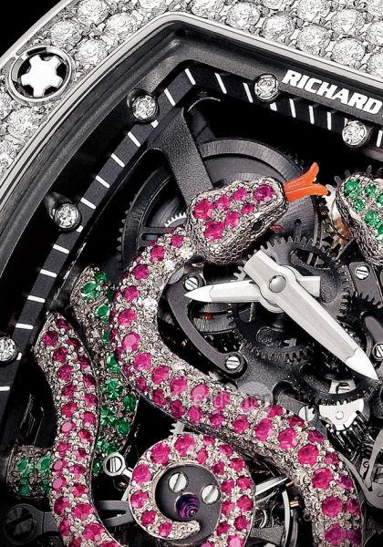 一条镶满红宝石和钻石的18k白金蛇,以及一条吐着红珊瑚信子、用翡翠和钻石镶成的18k白金蛇。