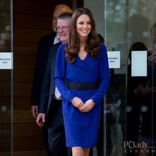 凯特王妃身着皇家蓝连身裙