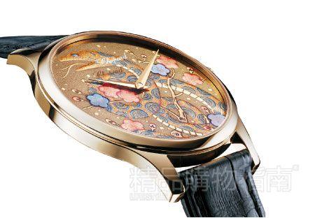 萧邦这款蛇年腕表的精髓在于将日本传统漆艺与瑞士顶级制表工艺完美融合,表盘怒放的花朵和盘绕的金蛇则营造出一种俏皮和清新的气质。超薄机芯的搭载又让它轻巧贴合,无惧日常佩戴。
