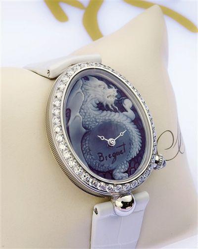 宝玑那不勒斯皇后系列腕表,可在鹅蛋形海水贝壳表盘上定制不同景致。