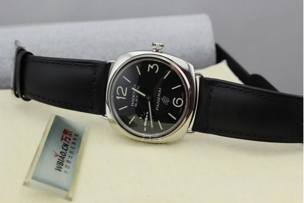 不锈钢表壳下,手表搭配着独特沛纳海OP ll机芯