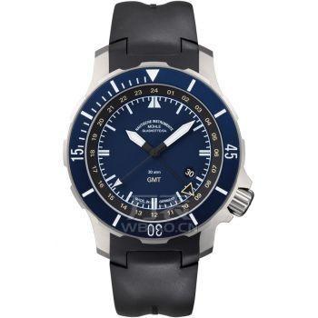这枚潜水表蓝色表盘搭配具有超强夜光涂层的白色刻度与指针