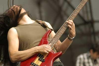 流行摇滚乐手腕表look 带你领略动感的腕表情怀