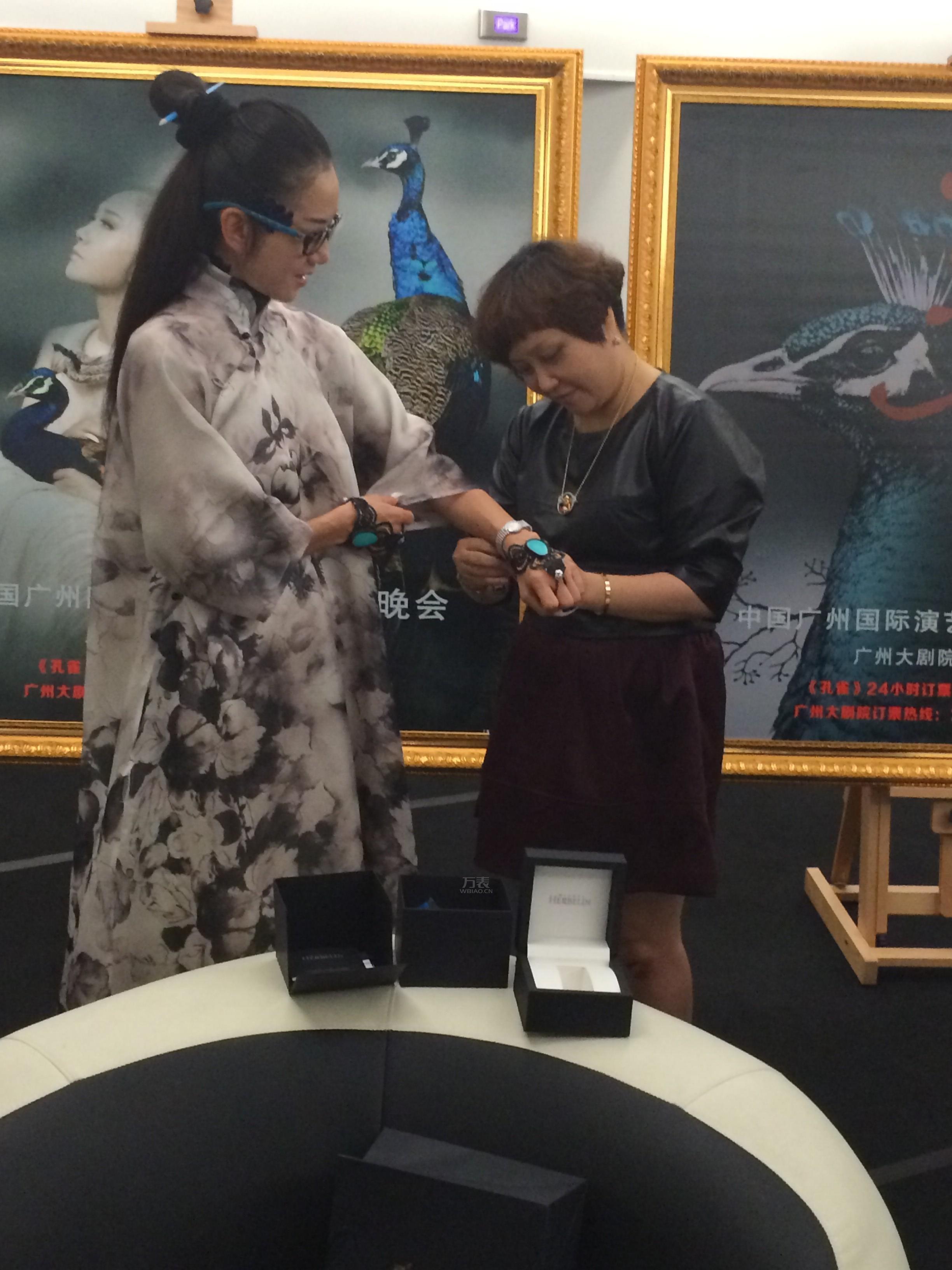 万表网陈晓小姐为杨丽萍送上赫柏林珍珠腕表