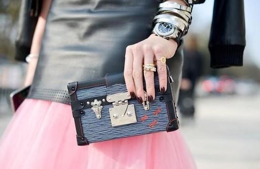 将经典腕表与夸张配饰结合,搭配出属于当下潮流腕间风格,又何尝不是让腕表也成为了时髦配饰呢。