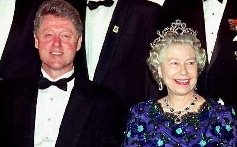 英女王戴蓝宝石皇冠