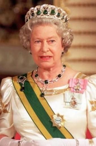 伊丽莎白女王有时会用绿宝石来替换镶在王冠里的珍珠。