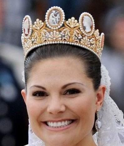 """瑞典女王储、未来的瑞典女王维多利亚公主与""""平民""""出身的未婚夫韦斯特林在瑞典斯德哥尔摩举行婚礼时,也同样佩戴着这款Chaumet黄金珍珠玛瑙浮雕皇冠。"""