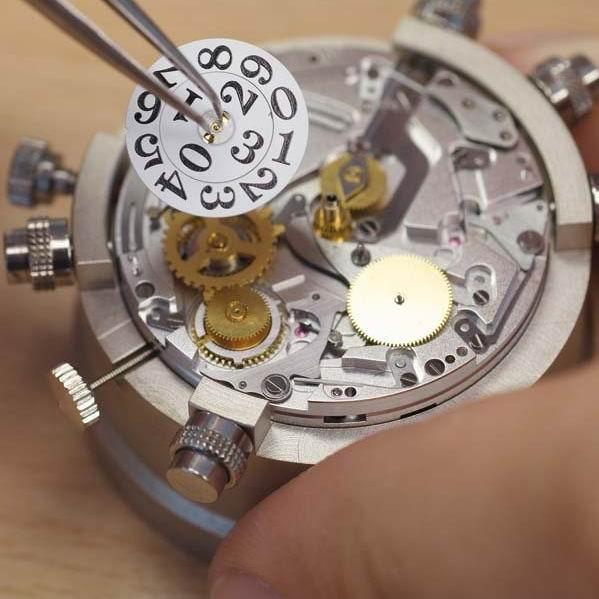 检测后完全合格的手表机芯零件接受手工装饰