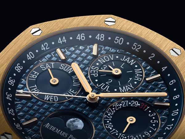 爱彼推出全新皇家橡树系列万年历腕表黄金款