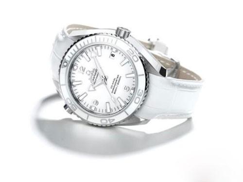 全白色的腕表也可以显出大男人魅力