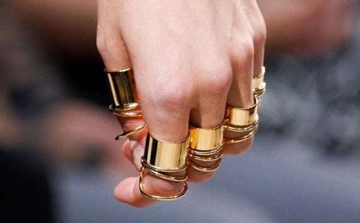 戒指戴在不同手指上有不同的寓意,搭配合适的宝石更显魅力