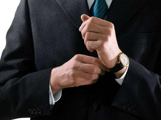在要求比较严谨的场合里穿西装该怎么搭配手表?