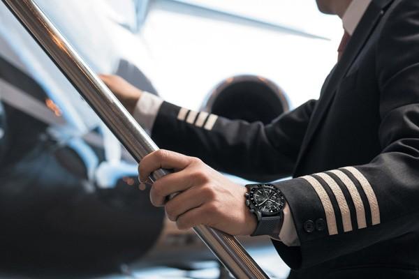 百年灵推出全航空飞行计时黑钢腕表