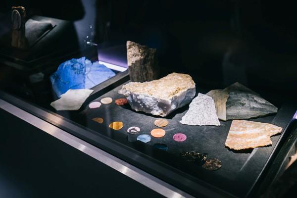 汇聚自然之光,打造雅克德罗全新矿石系列